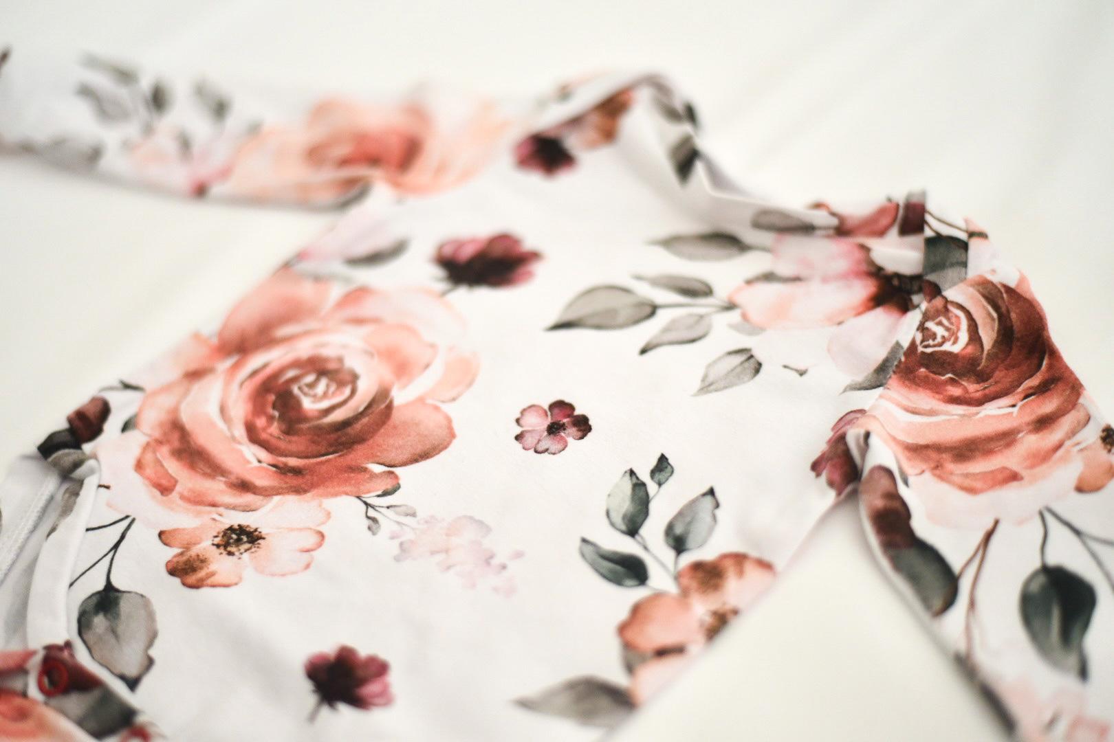 Langarmbody mit floralem Muster Blüten Stoff Nahaufnahme