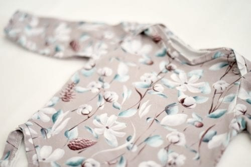 Langarmbody mit floralem Muster Nahaufnahme
