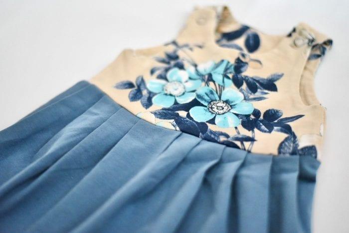 Latzkleid in süßem blauen Blumenstoff Nahaufnahme