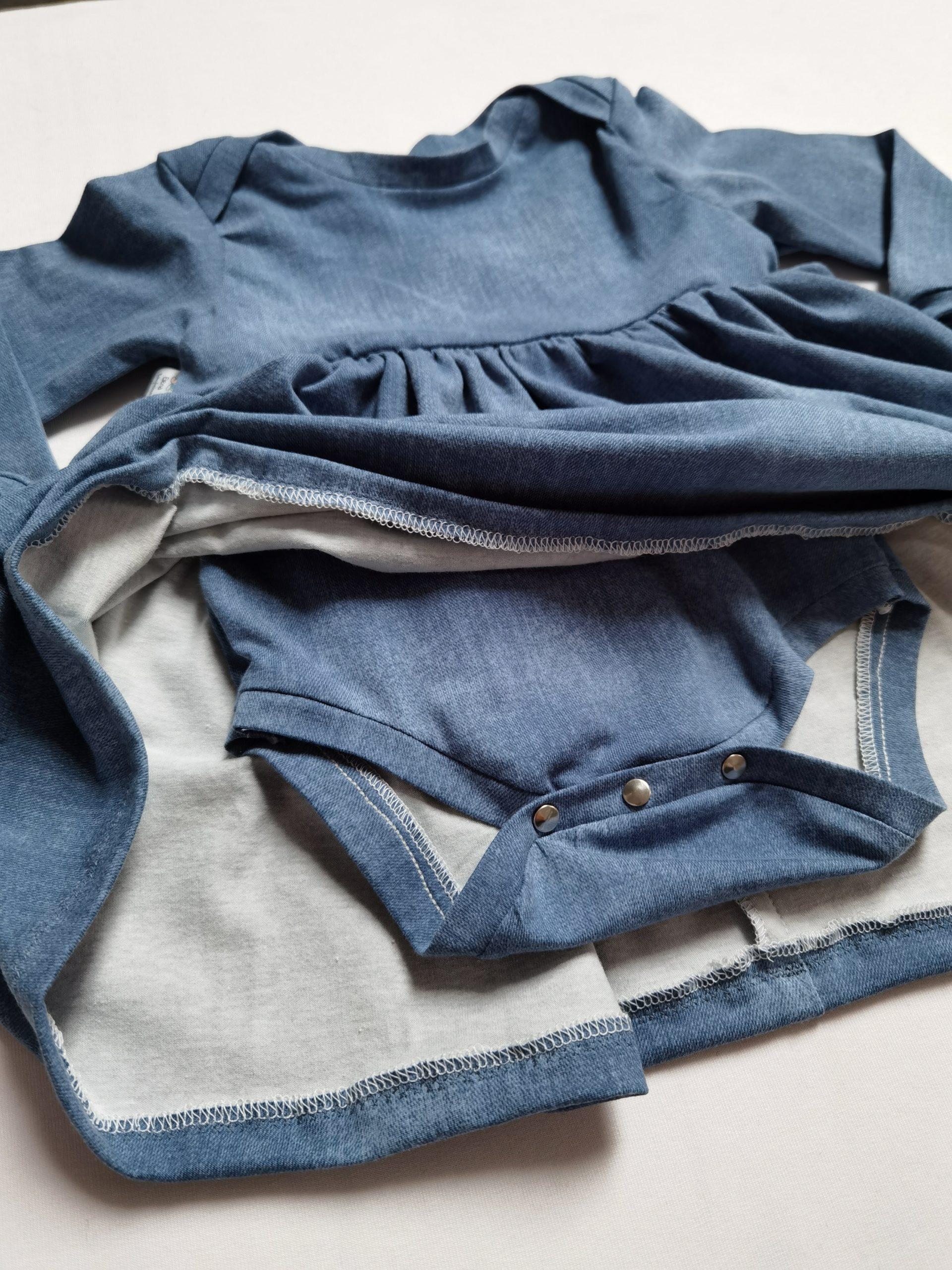 Bodykleid mit jeansfarbigem Stoff Nahaufnahme body