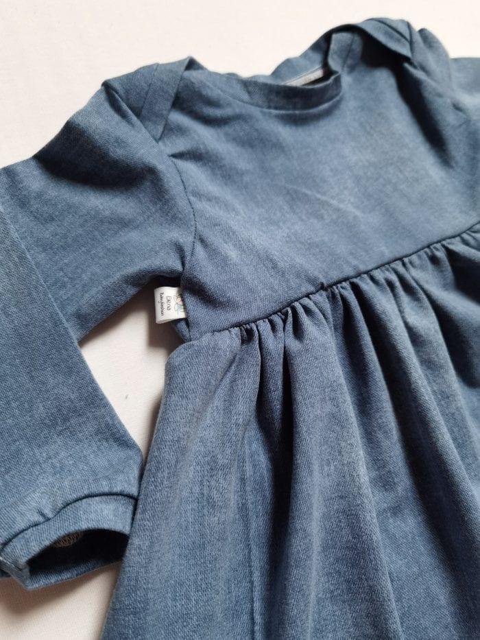 Bodykleid mit jeansfarbigem Stoff Nahaufnahme Kleid